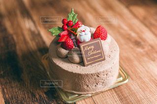 木目テーブルの上にチョコレートケーキの写真・画像素材[4000388]
