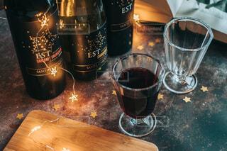 テーブルの上のワインと本の写真・画像素材[4063031]