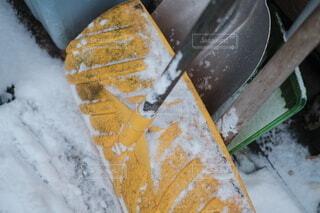 雪に覆われたスコップの写真・画像素材[4069586]