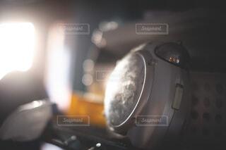 朝日を浴びる目覚まし時計の写真・画像素材[4069582]