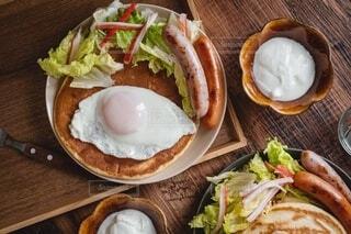 木製テーブルの上に朝食を皿に盛り付けの写真・画像素材[4156353]