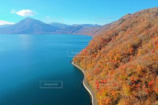 背景の山と水体の写真・画像素材[1601873]