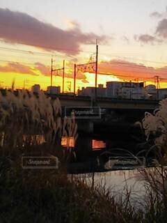 背景にオレンジ色の夕日の写真・画像素材[3770765]