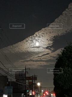 早朝の月の写真・画像素材[3935841]