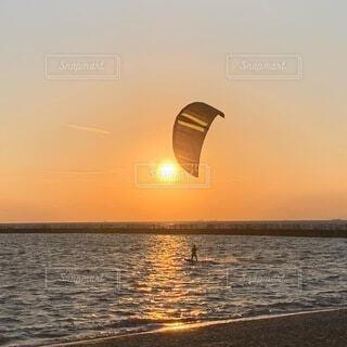 カイトサーフィンの海岸の写真・画像素材[3972161]