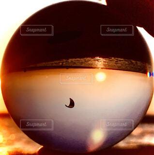 夕暮れの映り込むガラス玉の写真・画像素材[3972162]