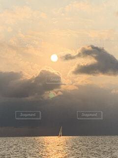 ウィンドサーフィンをする人の写真・画像素材[3973273]