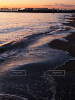 夕暮れの海岸の写真・画像素材[4115185]