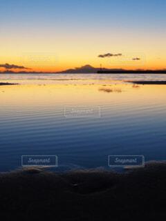 夕暮れの海岸の写真・画像素材[4295597]