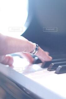 ピアノ演奏する女性の写真・画像素材[4360784]