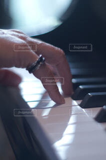 ピアノを演奏しようとする女性の写真・画像素材[4360785]