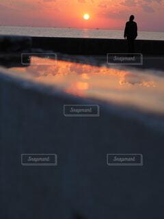 水飲み場から見た夕焼け空の写真・画像素材[4652775]