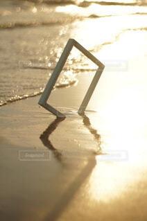 夕焼け空海と額縁の写真・画像素材[4654017]