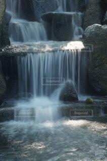 小さな滝のある公園の写真・画像素材[4783504]