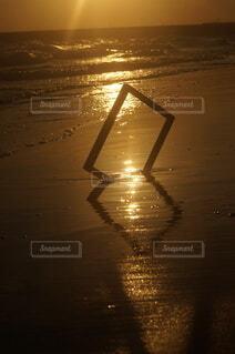 オレンジ夕暮れの海岸の写真・画像素材[4816094]