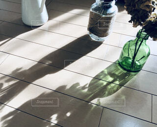 フラワーベース。光と影の写真・画像素材[3913619]