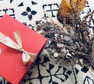 赤い箱とドライフラワー。の写真・画像素材[3952649]