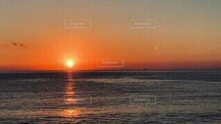 自然,風景,海,空,秋,屋外,太陽,雲,水,夕焼け,夕暮れ,波打ち際,波,船,水面,夕方,反射,水平線,光,背景,音,癒し,旅行,旅,ナチュラル,夕やけ,沈む,和み,休息,イメージ,南伊豆,休暇,動画,しぶき,重なり,トリップ,ムービー