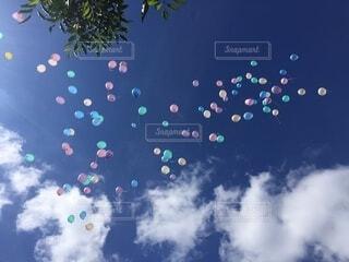空に凧を飛ばす人々のグループの写真・画像素材[3788670]