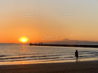 太陽と富士山と後ろ姿の写真・画像素材[3923289]