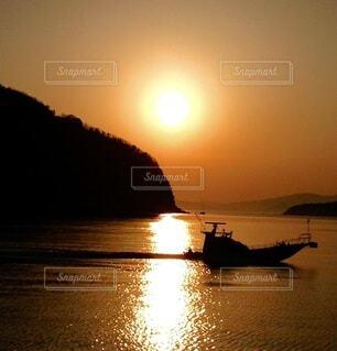 水の体に沈む夕日の写真・画像素材[3778965]