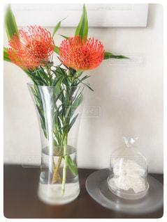 テーブルに赤い花の写真・画像素材[964837]
