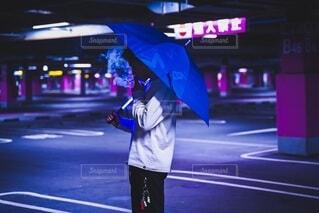 オシャレな服と傘の写真・画像素材[3785662]