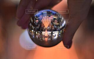 大阪,手,気球,ガラス,クリスマス,玉ボケ,グランフロント,熱気球,球,クリスマスイルミネーション,グランフロント大阪,クリスマス ツリー,レンズボール,Grand Wish Christmas 2020,レンズボールの中の世界,屋内イルミネーション