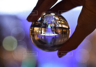 大阪,手,気球,ガラス,玉ボケ,グランフロント,熱気球,球,クリスマスイルミネーション,グランフロント大阪,クリスマス ツリー,レンズボール,Grand Wish Christmas 2020,レンズボールの中の世界,屋内イルミネーション