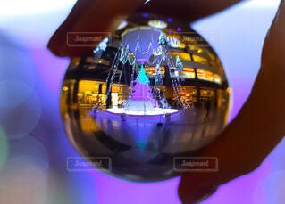 屋内,大阪,手,気球,ガラス,グランフロント,熱気球,球,クリスマスイルミネーション,グランフロント大阪,クリスマス ツリー,レンズボール,Grand Wish Christmas 2020,レンズボールの中の世界,屋内イルミネーション