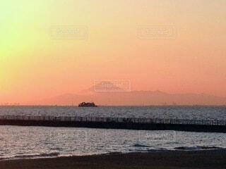 水の体に沈む夕日と富士山の写真・画像素材[3788853]