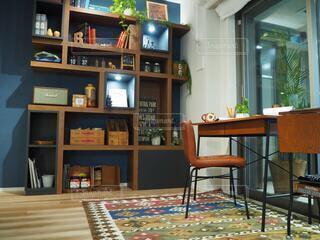 室内の棚と机のインテリアの写真・画像素材[4153458]