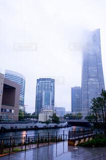 都市を背景にした水の体に架かる橋の写真・画像素材[3781041]