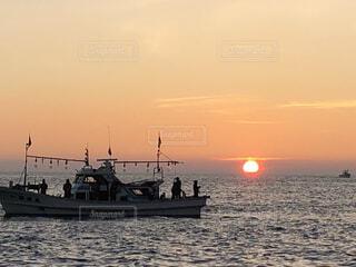 夕暮れのイカ釣り船の写真・画像素材[3782397]