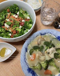 家族の大好物ブロッコリーサラダと帆立クラムチャウダーの写真・画像素材[3907517]