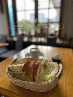 雰囲気の良い喫茶店の美味しいミックスサンドの写真・画像素材[3937385]