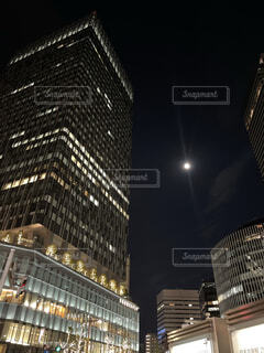 ビジネス街と月の写真・画像素材[3938176]