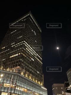 高層ビルと月の写真・画像素材[3938181]