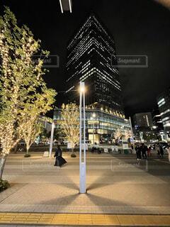 年末の夜の駅前風景の写真・画像素材[3977195]