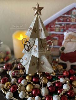 ブリキのクリスマスツリーとサンタさんの写真・画像素材[3981484]
