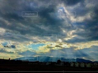 夕暮れの光のカーテンの写真・画像素材[3847513]
