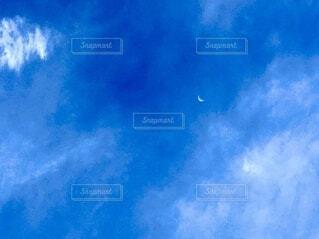 昼間の青空と月の写真・画像素材[3959349]