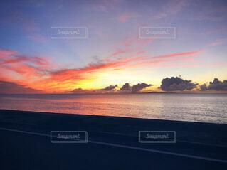 夕焼けの空と一面の海の写真・画像素材[4010025]
