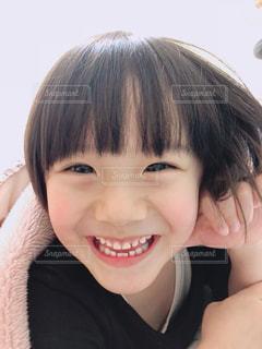 カメラに向かって笑みを浮かべて少女の写真・画像素材[1029056]