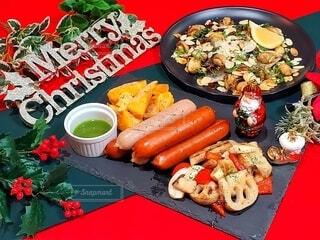 食べ物,冬,おうちごはん,食事,食卓,屋内,緑,赤,野菜,皿,グリル,クリスマス,サラダ,サンタクロース,ブーツ,たくさん,マッシュルーム,ソーセージ,winter,つまみ,おつまみ,メリークリスマス,金,フランクフルト,ソテー,根菜,にしん,ジョンソンヴィル,ハーブソース