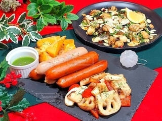 食べ物,冬,おうちごはん,ディナー,緑,赤,皿,グリル,クリスマス,マッシュルーム,ソーセージ,つまみ,おつまみ,メリークリスマス,フランクフルト,根菜,にしん,ジョンソンヴィル
