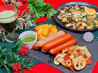食べ物,冬,おうちごはん,食事,緑,赤,抹茶,野菜,クリスマス,ビール,たくさん,ソーセージ,食材,ホームパーティー,クリスマスカラー,根菜,グリーンビール,ジョンソンヴィル,抹茶ビール