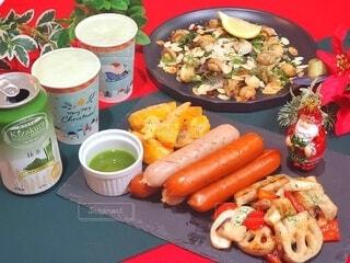 食べ物,食事,ディナー,屋内,緑,赤,抹茶,野菜,グリル,クリスマス,ビール,サンタクロース,たくさん,肉,マッシュルーム,ハーブ,ソーセージ,おつまみ,ホームパーティー,クリスマスカラー,根菜,グリーンビール,ジョンソンヴィル,抹茶ビール