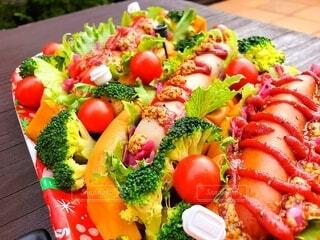 食べ物,風景,緑,赤,カラフル,トマト,野菜,サラダ,ブロッコリー,料理,ソーセージ,ブランチ,食材,ファストフード,主食,クリスマスカラー,付け合わせ,成分,フードグループ