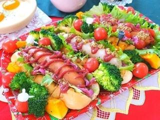 食べ物,秋,冬,緑,赤,カラフル,トマト,野菜,皿,スープ,目玉焼き,サラダ,ソーセージ,ホットドッグ,ブランチ,食材,ファストフード,コーンスープ,クリスマスカラー
